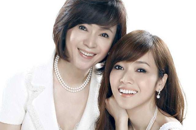 林月雲二度介入閨蜜婚姻,節目上與女兒侯佩岑相擁泣,網友不買單!