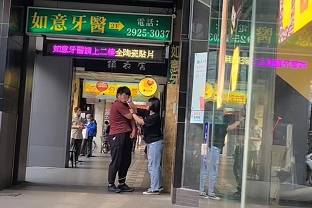 「借錢也要給我買!」女友為兩萬化妝品,捷運站門口爆氣呼男友巴掌!
