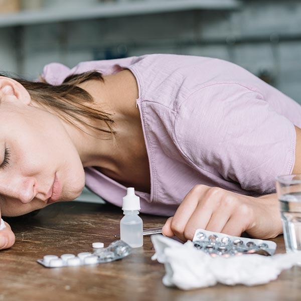 妻子抓姦在床傷心欲絕,吞20粒安眠藥自殺
